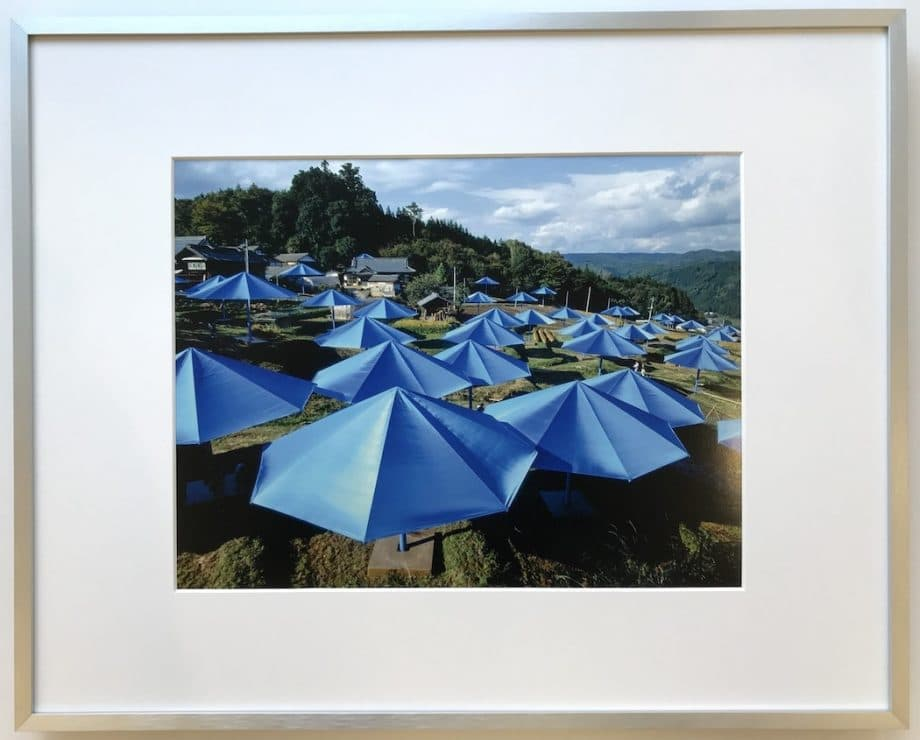 Christo | Blue Umbrellas - gerahmter Kunstdruck