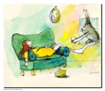 Janosch Mit gelben Kleid auf Sofa voller Erwartung